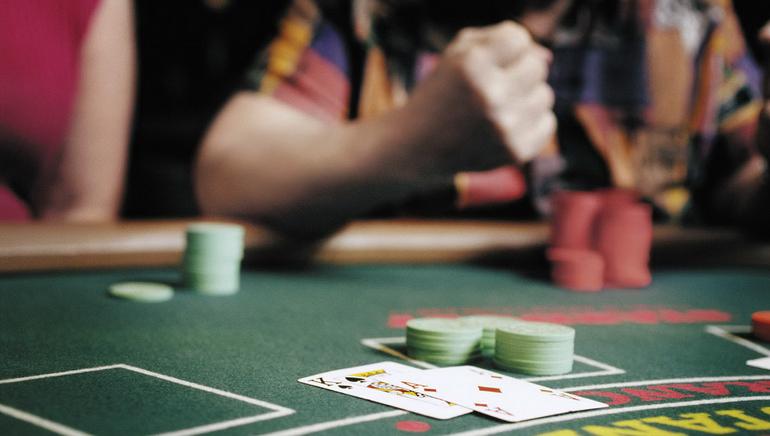 Docenas de mesas con dealer en vivo te esperan en Royal Vegas Casino